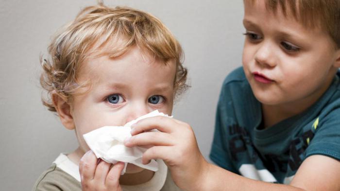 Как научить ребенка сморкаться: лучшие приемы