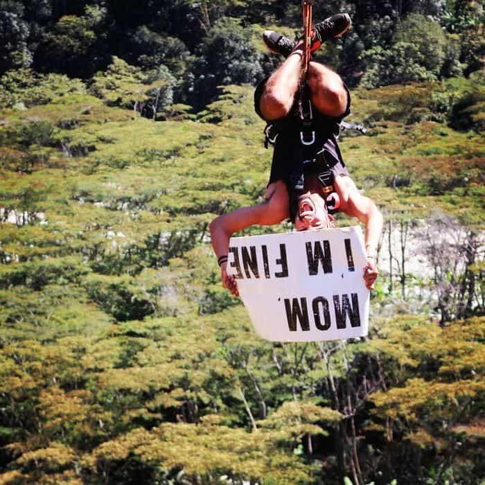 Этот парень путешествует по миру и, чтобы мама не волновалась, отправляет ей такие фото
