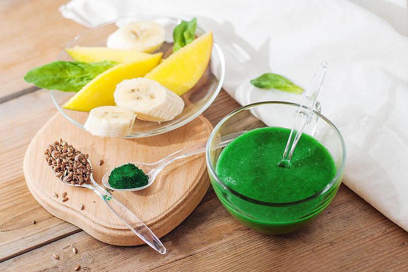 Зеленый коктейль со спирулиной и шпинатом