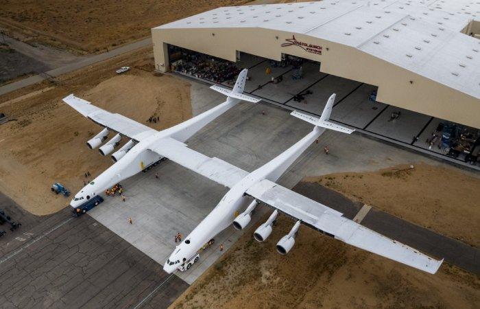 Самый большой в мире самолет-ракетоносец Stratolaunch с размахом крыльев больше футбольного поля
