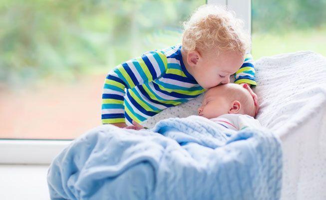 Как помочь старшему ребенку принять новорожденного