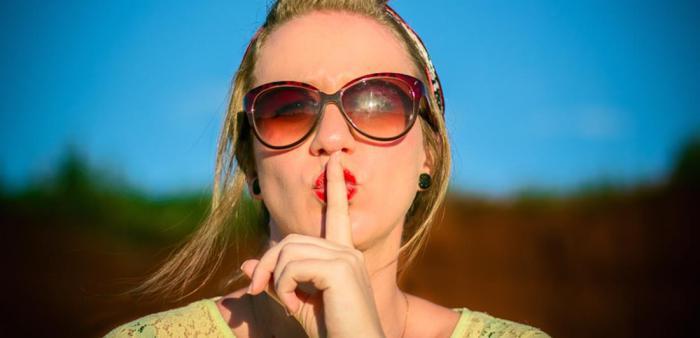 Психологи объяснили, почему нам так тяжело хранить секреты