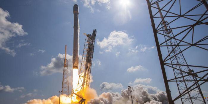 SpaceX планирует отправить двух людей на Луну в 2018 году