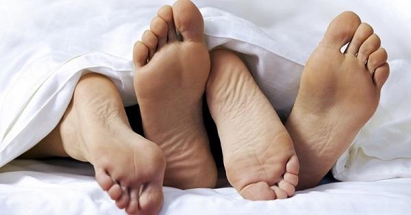Жена вернулась домой и обнаружила 2 пары ног, торчащих из-под одеяла. Но на кухне ее ожидал сюрприз...