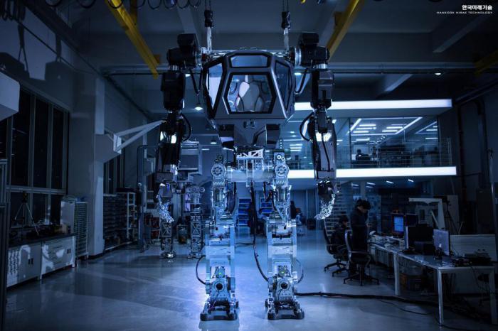 Гигантский человекоподобный робот сделал свои первые шаги