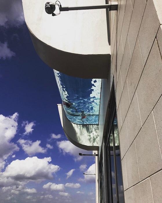 Бассейн с прозрачным дном, на 3 метра выступающий за пределы здания