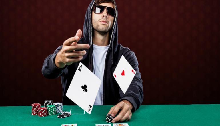 Блеф - это хитрая покерная стратегия. Примеры из игры и жизни