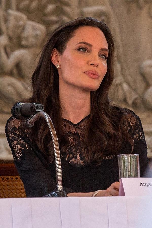 Анджелина Джоли очень удивила поклонников своим внешним видом во время последнего визита в Камбоджу.