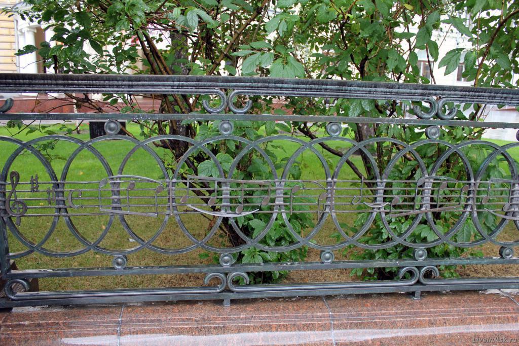 Памятник Чайковскому в Москве. Сидящий дирижер