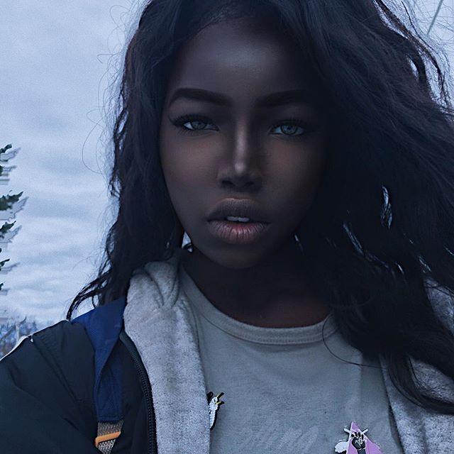 Эта девушка взорвала Сеть благодаря своей феноменальной внешности.