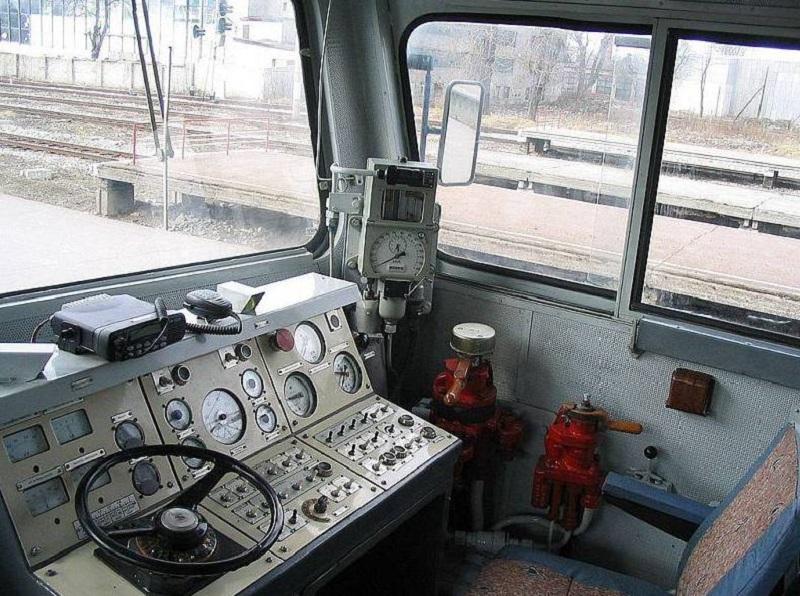 Это самый настоящий электровоз. Ты не поверишь, но ЭТО важная деталь в его кабине!