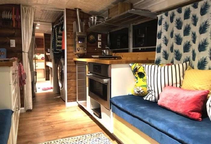Устав от непосильной арендной платы за квартиру, семья перебралась жить... в автобус