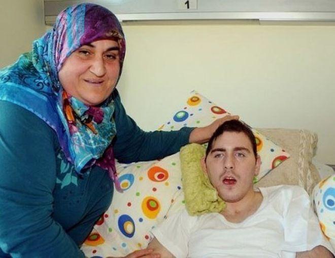 4 года турчанка выхаживает молодого человека из России, который в 2008 году попал под машину