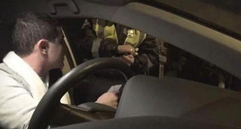 Гаишники рассчитывали «содрать деньжат» с этого водителя. Реакция парня «убила их наповал»!