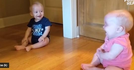 Маленькие близнецы поняли, что они копия друг друга. Их реакция – замечательна!